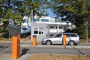 Nový vjezd do areálu nemocnice a orientační plán směru jízdy