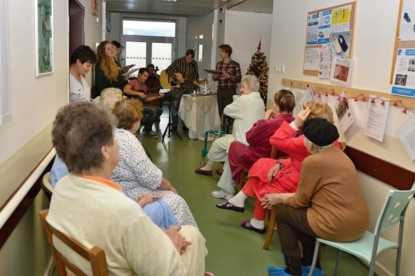 Herci ze Slováckého divadla na oddělení následné péče