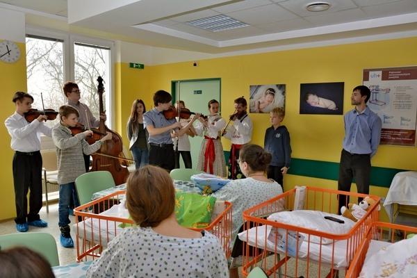 Cimbálová muzika Omladinka na oddělení šestinedělí